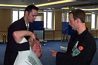 Jonas Krebser (rechts) unterrichtet Kontrollgriffe