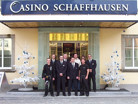 Das Security-Team und die Lehrgangsleiter vor dem Casino Schaffhausen