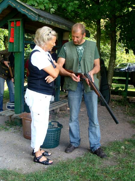 Hanna Weiland und Gerrit Baltrusch kurz vor der Tontaubenjagd